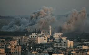 La città di Gaza durante un bombardamento israeliano
